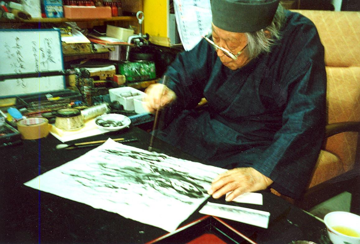 Gyokusei Jikihara creates a painting