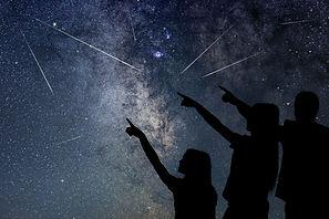 אליס מילר מסבירה על הכוכבים