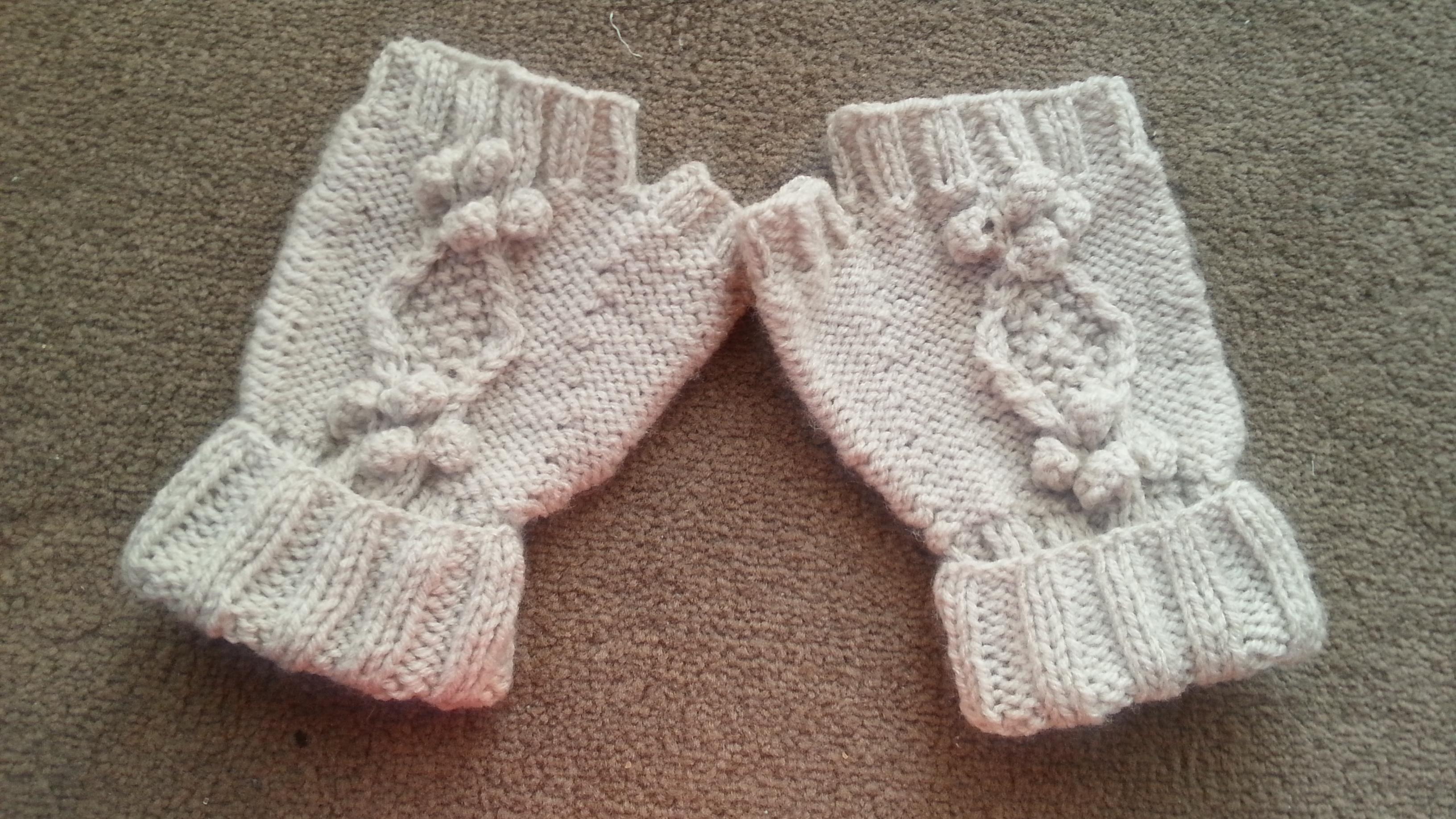 Fingerless Gloves Hollow Oak Pattern