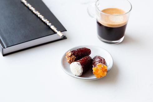 café et dattes fourrées fraiches