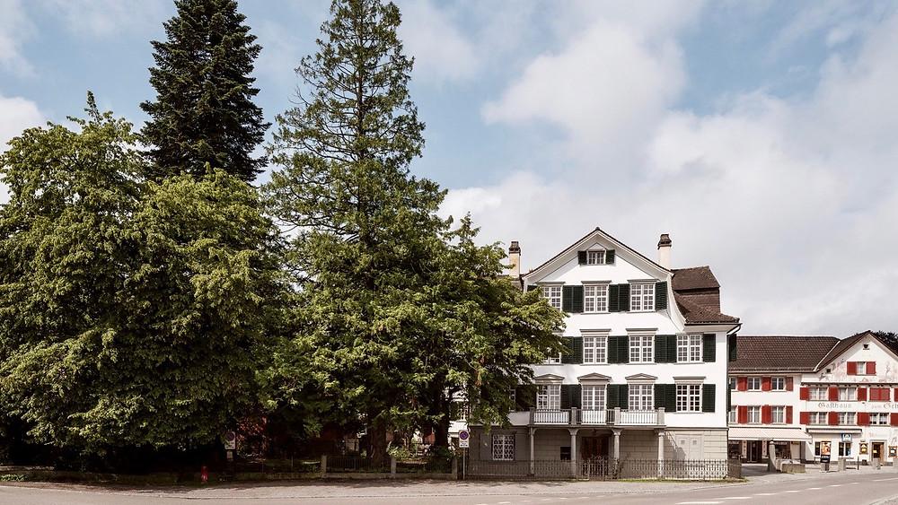 Das Atelier für Kommunikation ist beheimatet in der Villa Tobler in 9425 Thal. Es ist der Hautsitz des HOZ Hochseezentrums, der Schweizerischen und Internationalen Seefahrtschule und der Nautischen Akademie.