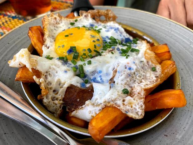 Huevos rotos con bonitatos fritos y sobrasada de Proc Negre