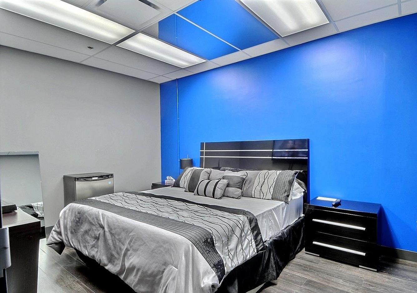 club changiste montr al entre nous 2. Black Bedroom Furniture Sets. Home Design Ideas