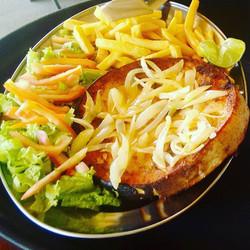 Meca Grelhado com Salada e Batata Frita no Lollas Lounge Bar