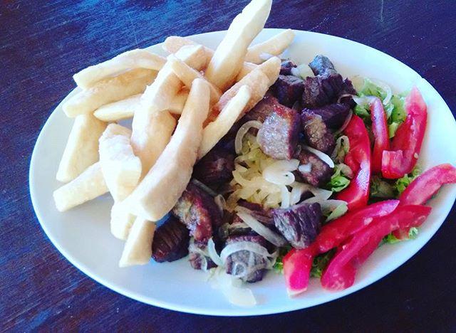 Carne de Sol com macaxeira frita no Lollas Lounge Bar e Restaurante