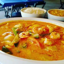 Muqueca mista com arroz e o Super Pirao no Lolla's Lounge Bar e Restaurante aberto de terca a doming