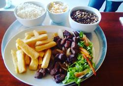 Carne de Sol macaxeira frita , arroz, feijao Verde, vinagrete