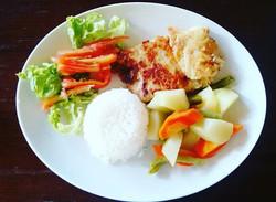 Filé de Pescada Amarela com salada arroz branco e Legumes 19,00 Reais no Lolla's Lounge Bar e Restau