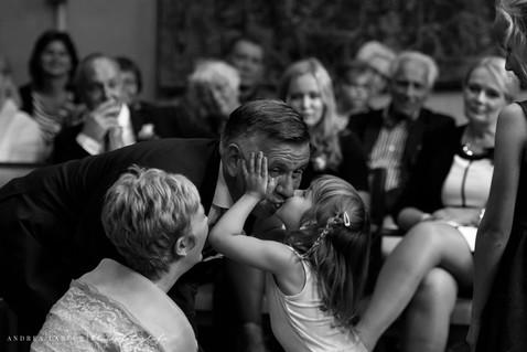 Wanneer je een dikke kus van je kleinkind krijgt als je net getrouwd bent