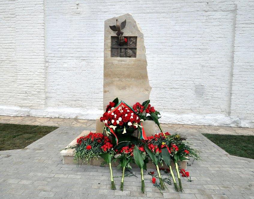 Памятник-в Свияжске