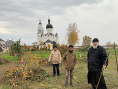 Осенняя уборка монастырского сада