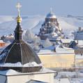 Вдали комплекс зданий Иоанно-Предтеченского монастыря