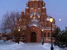 Вечер мороза дыханьем наполнил Воздух затихший от зимнего сна А над собором близ колокольни Неторопливо восходит луна...