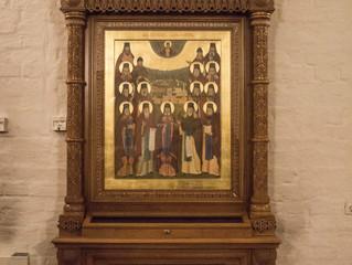 В надвратном храме Вознесения Господня установлен киот с иконой Оптинских старцев