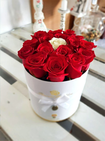 Box alb cu trandafiri rosii S,M,L