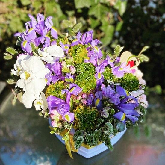 Aranjament floral cu orhidee si frezii