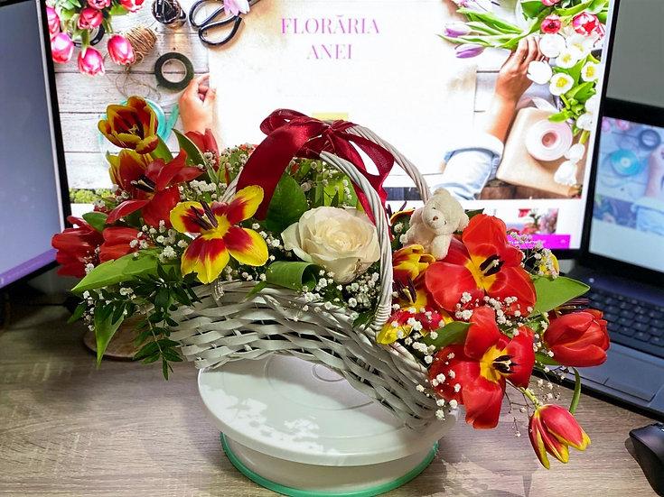 Aranjament floral cu lalele  in cos de nuiele
