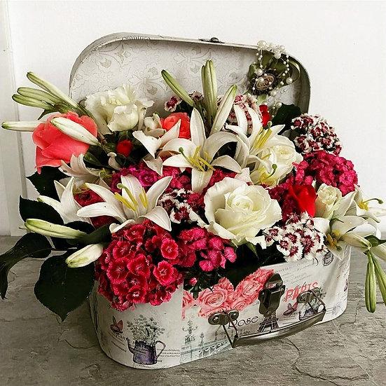 Aranjament floral in cutie tip geamantan