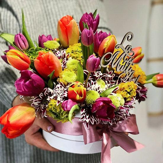 Aranjament floral zi de nastere cu lalele si ranunculus