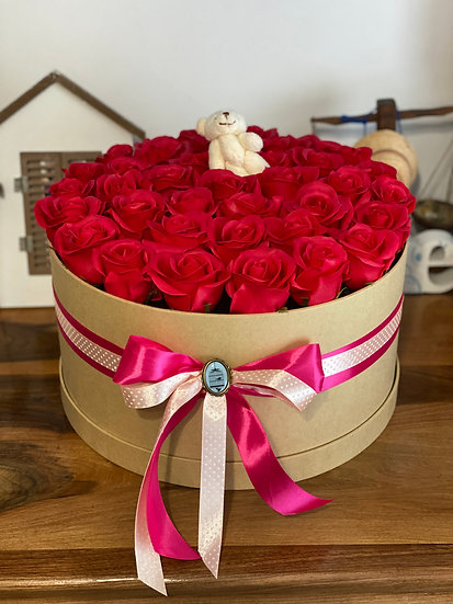 Aranjament cu trandafiri rosii de sapun