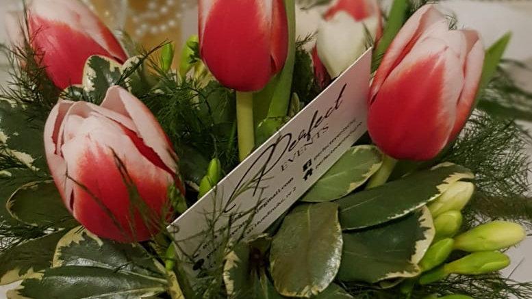 Aranjament floral de primavara in cos cu nuiele