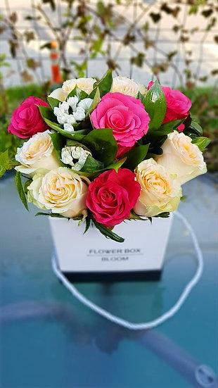 Aranjament floral cu trandafiri multicolori
