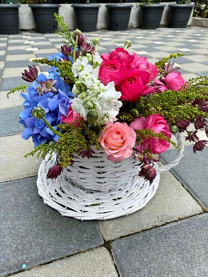 Aranjament floral in ceasca de nuiele
