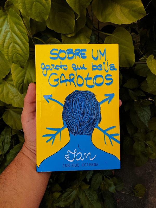 Livro físico 'Sobre garotos que beijam garotos' do escritor Enrique Coimbra