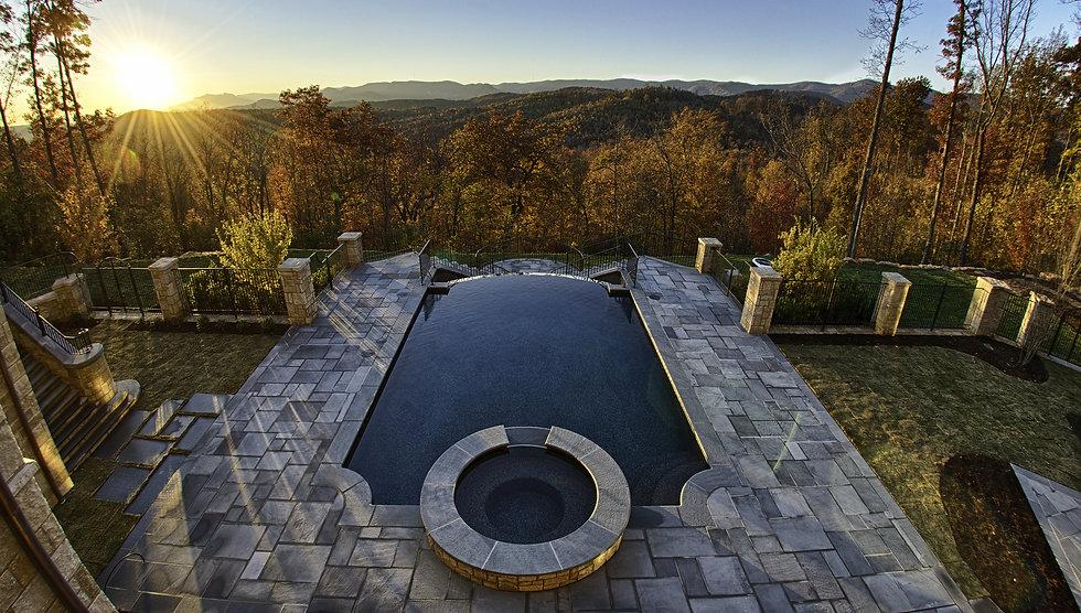 Luxurious Pool Overlooking beautiful Aut