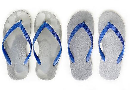 足形に合わせソールがへこむことで履きやすいビーチサンダルが育つ