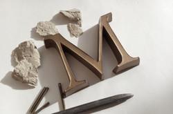 160209-105900-bronzebuchstaben-m-venezianische-reniassance-antiqua-befestigungsducc88bel-spitzeiesen