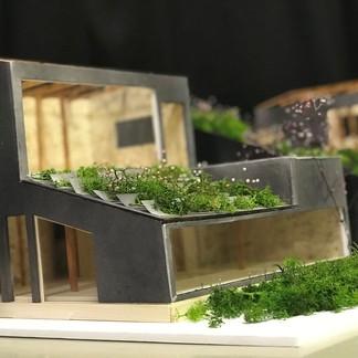 高低差があり歩道に囲まれた敷地、渦のような動線という特徴から地域の人が交わる交流の場、日ノ出町の農園レストラン。農園の野菜や果物を育て、食べ、学ぶことによって地域の輪、交流を深める。  Design by Arata Fukuma すまいデザインスタジオ