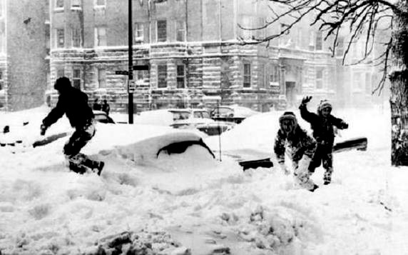Chicago-Blizzard-of-1967-kids-playing-in-snow