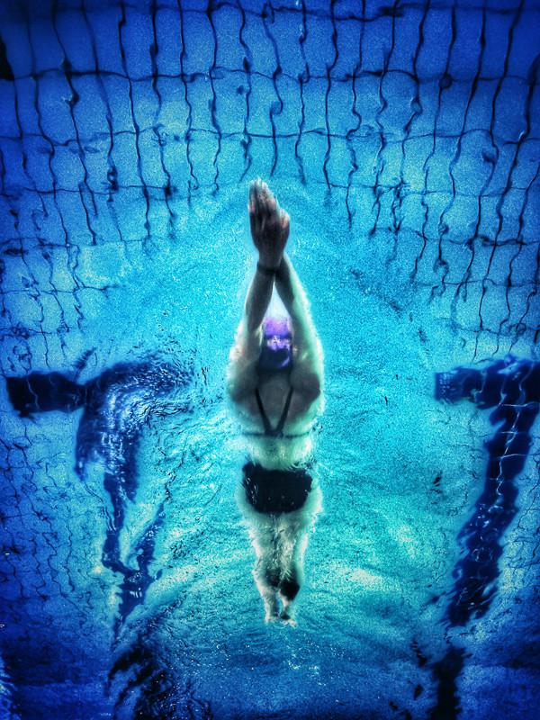 Nageuse dans un bassin