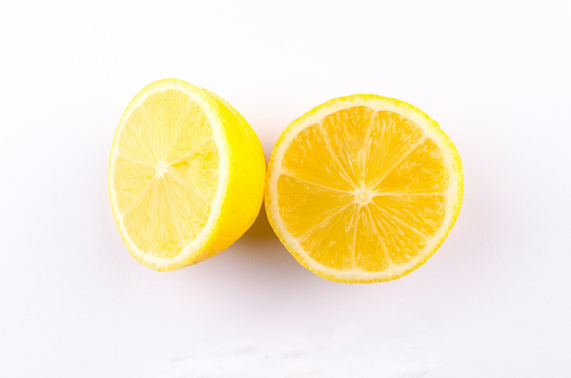 citron jaune coupé en deux