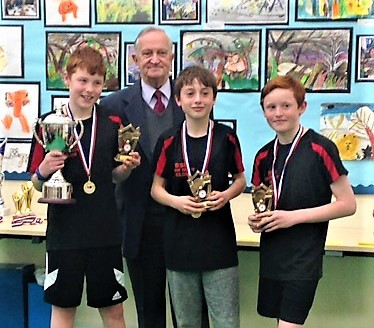Mr Bill Fawley, President of the L&DTTL, presents the JDD U13 trophy to Euan, Hugh & Finn