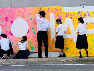 壁面彩る鮮やかな大型壁画 展示中♪