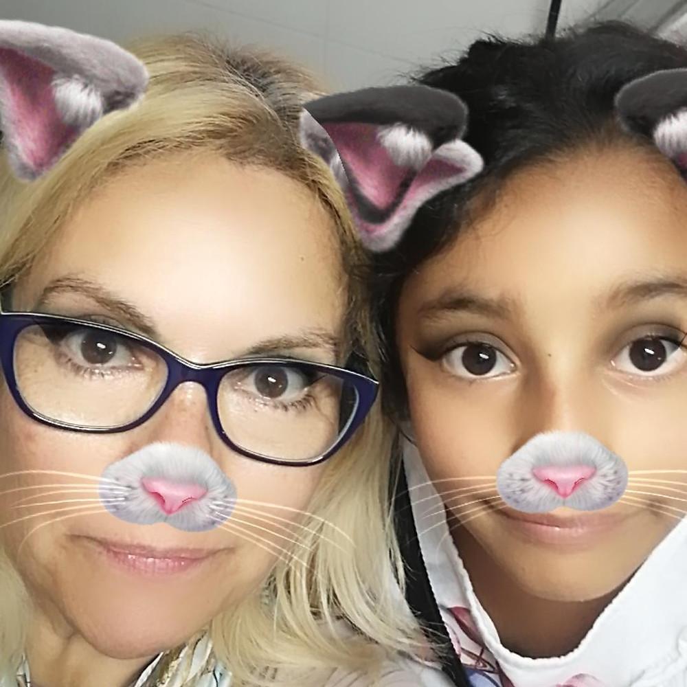 Abuela y nieta con app gatos