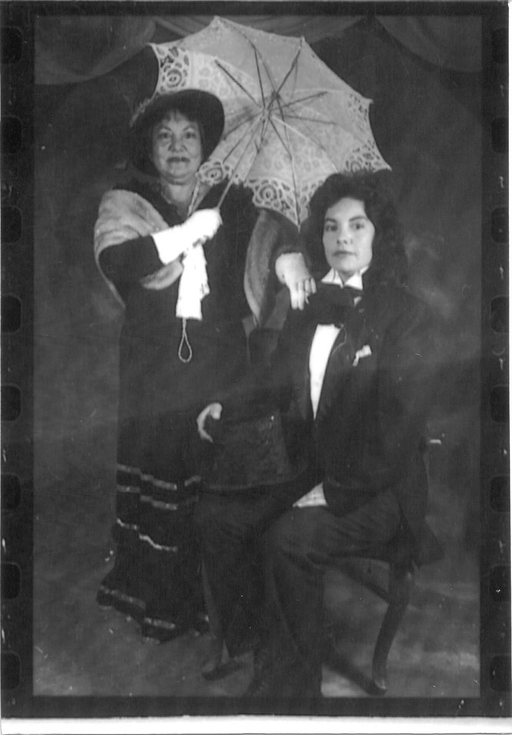 mujeres vestidas con atuendos de epoca, sombrilla