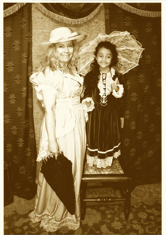 niña y mujer en trajes de epoca, encajes felicidad