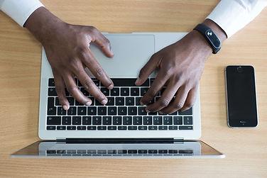 mains-ordinateur-informatique