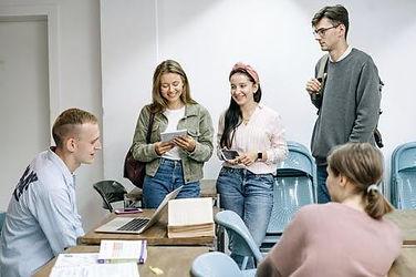 étudiants-rient-lisent-ensemble-fac-université