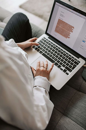 étudiante-recherche-sur-un-ordinateur
