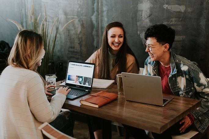 étudiants-rire-travail-révisent-ordinateurs-ensemble