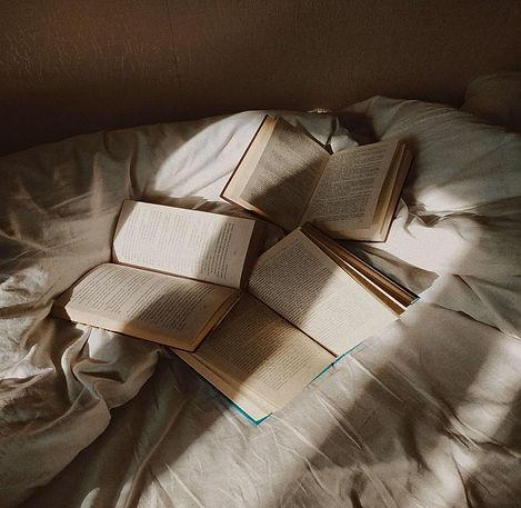 livres-ouverts-sur-lit
