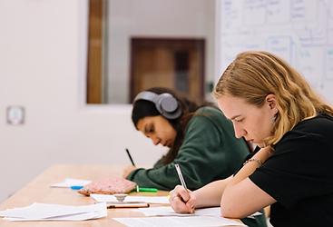 élèves-étudient-améliorer-dossier-scolaire