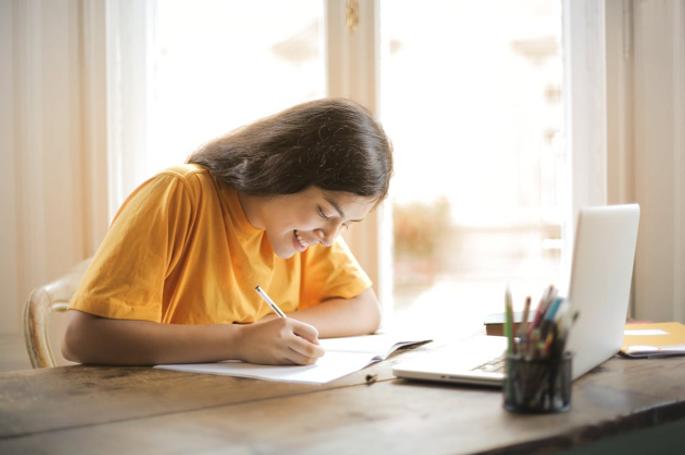 fille-étudiante-écrit-ordinateur-candidature