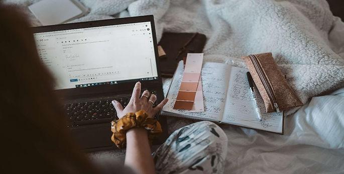 fille-ordinateur-cahier-travaille