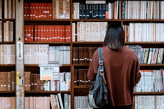 étudiante-biblihotèque