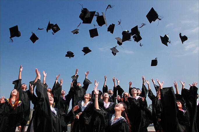 diplômés-bacheliers-lancent-chapeaux